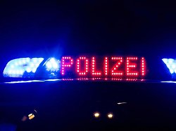 Das Blaulicht auf einem Polizeiauto - Mehrere Opfer im Krankenhaus: Oberhausen: Mann sticht auf Menschen ein