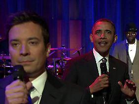 """Obama und Jimmy Fallon (vorn) beim """"Slow Jam"""", zusammen mit der Band """"The Roots""""."""