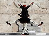 Perfekt synchron: Griechische Wachsoldaten marschieren vor dem Grabmal des unbekannten Soldaten in Athen.
