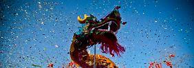 """Einen Tag vor dem Beginn des neuen Jahres zeigen Schauspieler im Park von Peking den Drachentanz. In der Nacht zum 23. Januar beginnt für die Chinesen in aller Welt das """"Jahr des Drachen""""."""