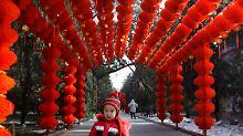 Dekoration aus roten Laternen zum chinesischen Frühlingsfest, Teil des Neujahrsfestes. Das chinesische Neujahr beginnt am 14. Februar.