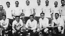 """Die erste WM wurde 1930 in Uruguay ausgespielt, der erste Titel ging an den Gastgeber. Gegen Argentinien gewinnen die """"Urus"""" im Finale 4:2. Deutschland fehlt bei der WM-Premiere."""