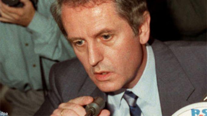 """Uwe Barschel bei der spektakulären """"Ehrenwort""""-Pressekonferenz 1987, in der er seine Unschuld beteuerte."""