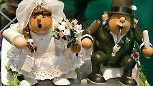"""Und so bleibt am Ende nur der Rat des weisen Sokrates: """"Heirate oder heirate nicht, Du wirst beides bereuen."""" (Text: I. No, Bilder: AP, dpa, pixelio)"""