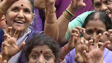 Am ersten Weltlachtag trafen sich im indischen Mumbai rund 12.000 Mitglieder aus lokalen und internationalen Lachclubs, um gemeinsam zu lachen.