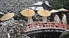 Zu Neujahr pilgern Japaner zu buddhistischen Tempeln, wo kurz vor Mitternacht die Silvesterglocken anfangen, das alte Jahr auszuläuten.