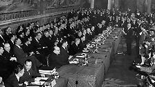 Angestoßen wird der Prozess schon am 25. März 1957 auf dem Kapitolshügel in Rom. Feierlich unterzeichnen die Staats- und Regierungschefs in der Ewigen Stadt die Verträge zur Europäischen Wirtschaftsgemeinschaft (EWG) ...