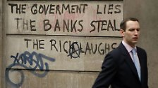 """Auf dieser Mauer in London ist zu lesen: """"Die Regierung lügt, die Banken stehlen, der Reiche lacht."""""""