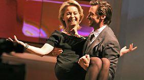 """Damals noch Familienministerin Ursula von Leyen wird vom damals noch """"Sexiest Man Alive"""" Hugh Jackman auf Händen getragen."""