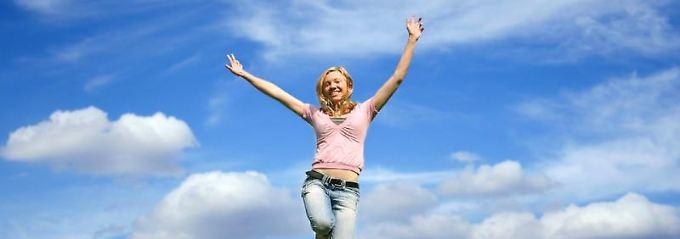 Vor Freude in die Luft springen - auch im Alltag gibt es vieles, was glücklich machen kann.