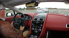 Ins Cockpit des Aston Martin schlüpft man wie in einen Neoprenanzug.