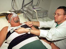 Wenn Männer zum Arzt gehen, dann entweder weil ihre Frauen Druck machen oder weil es wirklich nicht mehr auszuhalten ist.