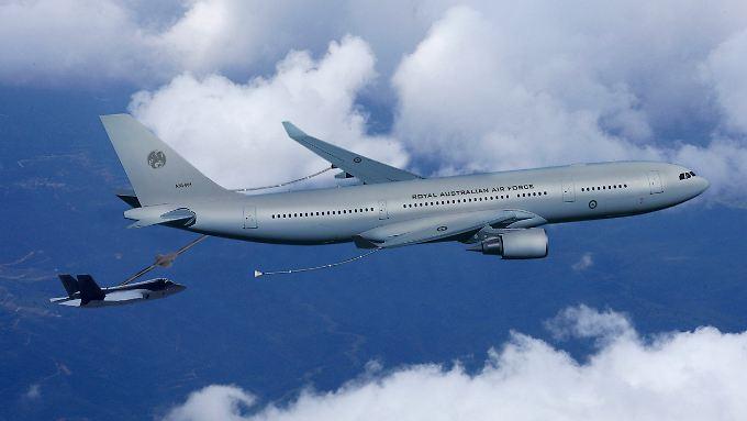 """Die Idee der Luftbetankung ist nicht neu: Das Computerbild der EADS zeigt einen Airbus A330 bei der Betankung eines Joint Strike Fighters (l) mit dem Rohr-Tanksystem """"Boom"""" von EADS. (Bild von 2005)"""