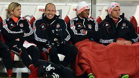 Prominent besetzte Bayern-Bank: Mario Gomez (r.) und Arjen Robben (M.) durften gegen Stuttgart nicht von Beginn an ran.