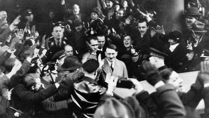 Nach seiner Ernennung zum Reichskanzler wird Hitler von Anhängern umjubelt.