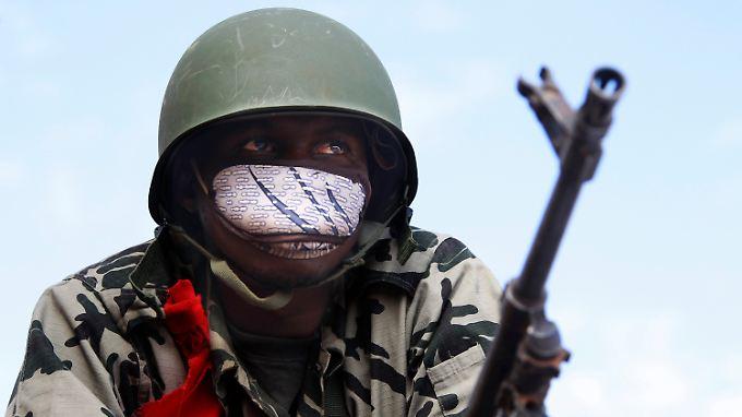 Ein malischer Soldat auf dem Vormarsch.
