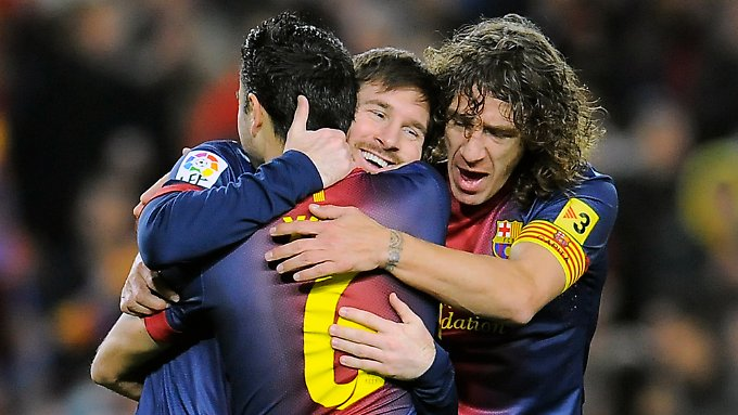 Lionel Messi holt sich die Glückwünsche der Teamkollegen zu seinem Viererpack gegen Osasuna ab.