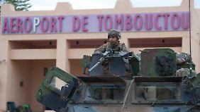 Ein französischer Soldat vor dem Flughafen von Timbuktu.