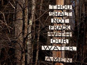Mit biblischem Pathos protestieren Gegner der Fracking-Methode gegen die Förderung von Schiefergas.