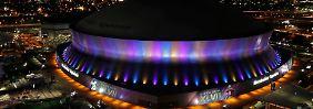 """Die Sportarena mit dem Kuppeldach, der Superdome, würde für mehr als 200 Millionen Dollar repariert. Hurricane """"Kathrina"""" hatte New Orleans überflutet."""