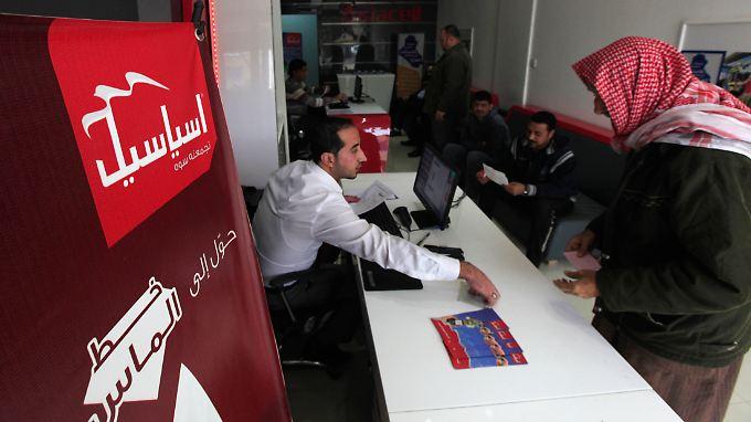 Ein Asiacell-Mitarbeiter verkauft Sim-Karten.
