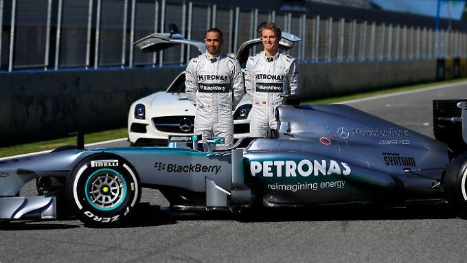 Nico Rosberg und Lewis Hamilton mit ihrem neuen Dienstwagen, dem Mercedes W04.