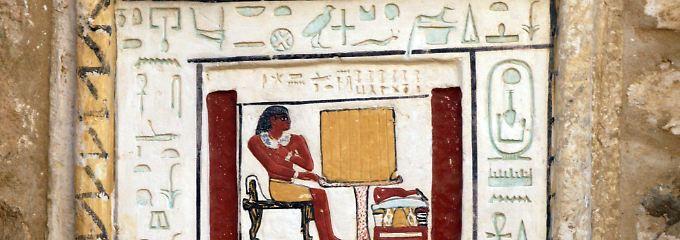 Hieroglyphen an der Tür eines jüngst freigelegten Grabes aus der Pharaonenzeit.