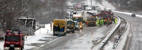 Ein Toter und 16 Verletzte: Bus verkeilt sich in Laster
