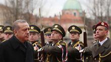 Erdogan inspiziert während seines Besuchs in Tschechien die Ehrengarde des Landes.