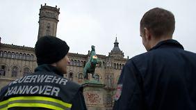 Feuerwehr und Polizei vor der Uni Hannover.