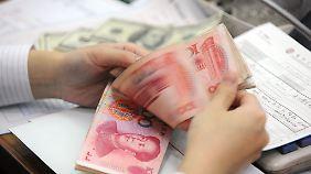 Ob US-Dollar, Schweizer Franken oder chinesische Yuan - bei der Hausbank kann man alles bestellen, muss dafür normalerweise aber auch Gebühren zahlen.