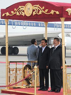 Mahmud Ahmadinedschad und Mohammed Mursi wollen die Beziehungen ihrer Länder verbessern.