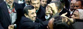 Ahmadinedschad beim Besuch der Al-Hussein-Moschee.