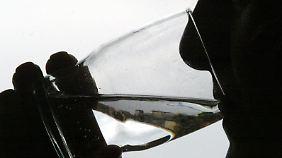 Regelmäßig über den Tag verteilt ausreichend Wasser zu trinken, ist das wichtigste beim Fasten.