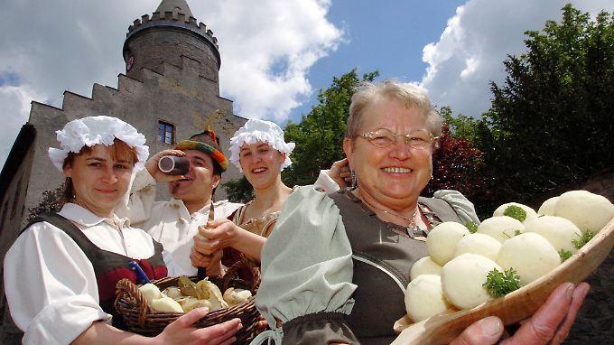 Mit echten Thüringer Klößen laden die Burgschänken-Köchinnen Claudia, Lilien und Doris sowie Schänkwirt Janos auf die Leuchtenburg bei Kahla ein.
