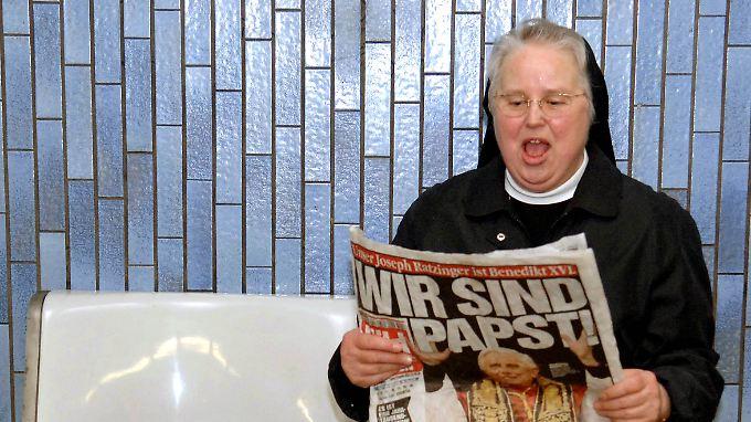 Schwester Arntrudis vom Orden der Armen Dienstmägde Jesu Christi liest am 20. April 2005 in Köln Zeitung.