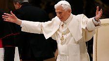 Bei der Generalaudienz am Petersplatz in Rom begrüßt Papst Benedikt XVI. am Aschermittwoch mit päpstlicher Geste Tausende Gläubige. Die Empfangshalle fasst 12.000 Plätze. Sie ist bis zum letzten Platz belegt. Die Spannung unter den Anwesenden ist so groß, weil ...