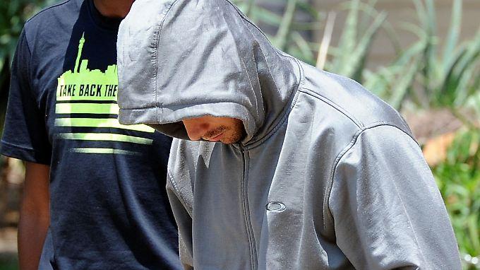 Oscar Pistorius wird aus seinem Haus in Pretoria abgeführt.