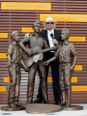 Barry Gibb an der frisch enthüllten Plastik der drei Bee-Gees-Brüder in Redcliffe.