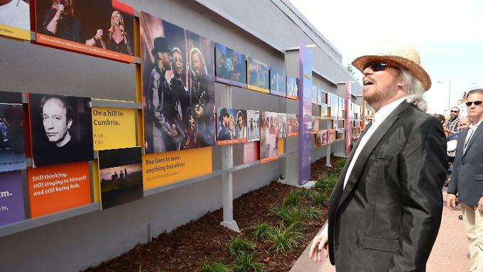 """In Redcliff wurden ein """"Bee Gees Way"""" und eine Plastik der drei Brüder eingeweiht."""