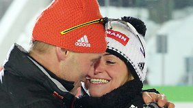 Henkel und Damentrainer Hoenig nach dem WM-Silber für die Thüringerin: Freude pur