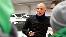 Instruktor Stef Vancampenhoudt beim Fahrerbriefing.