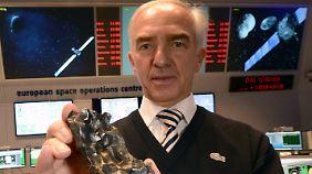 Heiner Klinkrad zeigt einen Meteoriten, der 1947 in Russland auf die Erde stürzte.
