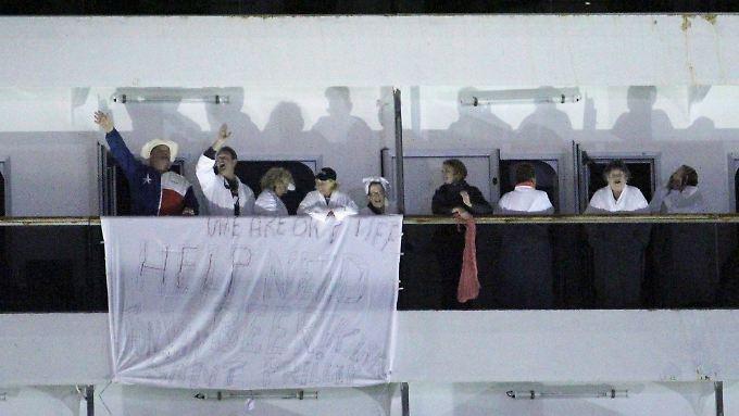 Viele der Passagiere trugen auf Deck den weißen Bademantel, um besser gesehen zu werden.
