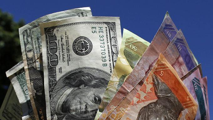 Dollars waren in Venezuela bisher oft nur zu horrenden Schwarzmarktkursen zu bekommen.