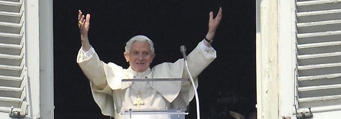 Benedikt XVI. am Fenster seines Arbeitszimmers.