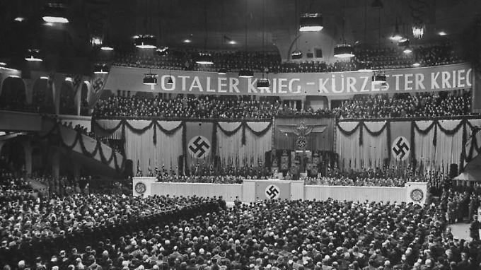 """""""Totaler Krieg- kürzester Krieg"""": Im Berliner Sportpalast beschwört Goebbels den Endsieg."""