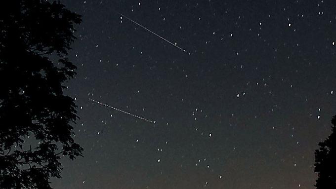 Sie glitzern so kurz, dass sie im Foto kaum festzuhalten sind: Sternschnuppen.