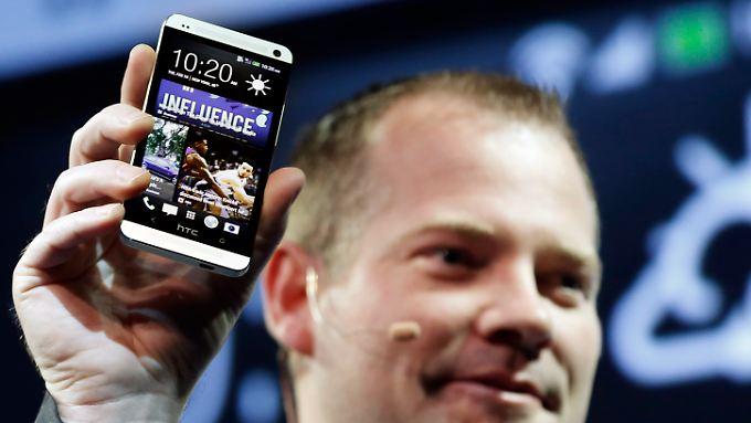 Die obligatorische Steve-Jobs-Geste: Jason Mackenzie zeigt das neue HTC One.