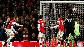 Nur Ergebniskosmetik: Lukas Podolski nutzt einen Fehler von Bayern-Keeper Manuel Neuer zum Londoner Ehrentreffer.